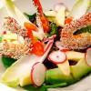 Salade de crevettes snackées, sauce soja, miel et sésame